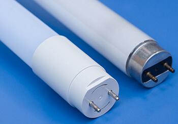 LED-Röhre neben Leuchtstoffröhre