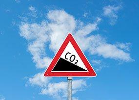 Straßenschild mit sinkender CO2-Kurve